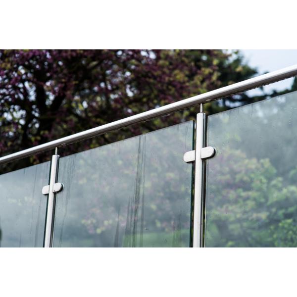 Glasgelænder med stolper og håndliste fra LE Glas